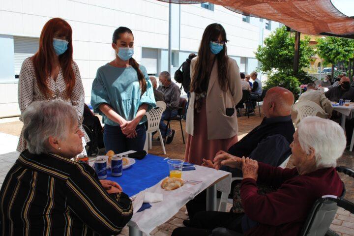 Los mayores de la residencia Santiago Carrillo de Maracena degustan el menú de verano junto a sus familiares